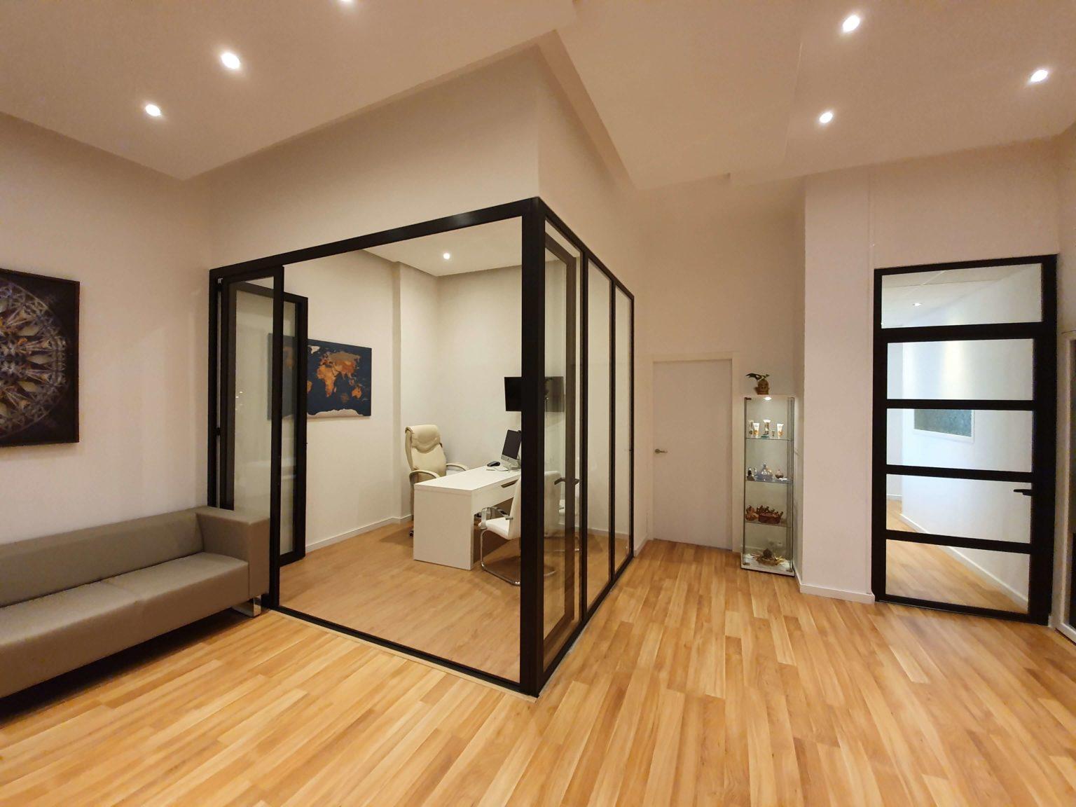 Mampara divisoria y puerta de aluminio lacado en negro